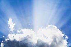 太阳爆炸,超现实的太阳发出光线与云彩 免版税库存照片