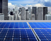 太阳现代面板的屋顶 库存图片