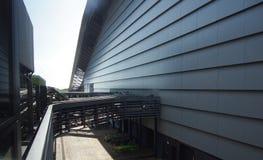 太阳玻璃和烟囱在废物对能量转变公园 免版税库存图片