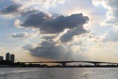 太阳由云彩包括 免版税库存照片