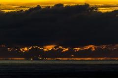 太阳由后照的云彩 免版税库存照片