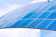 太阳电池板以导致电的蓝天 免版税库存照片