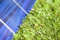 太阳电池板以绿色 免版税库存照片