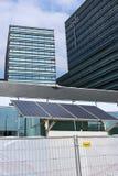 太阳电池板使用在银行办公室建筑 库存照片