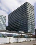 太阳电池板使用在银行办公楼 免版税图库摄影