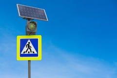 太阳电池板供给动力的红绿灯 库存图片