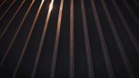 太阳电池板光致电压的系统-鸟瞰图 太阳电池板空中射击-太阳能发电厂 4k慢动作天线 股票视频