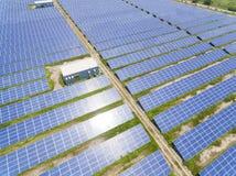 太阳电池板农场鸟瞰图  免版税库存照片