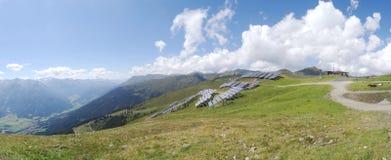 太阳电池板和可再造能源在阿尔卑斯 免版税库存图片