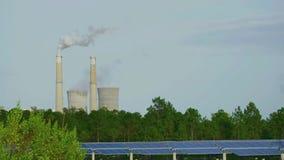 太阳电池板和常规能源厂 股票视频