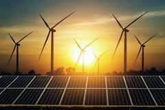 太阳电池板和涡轮有日落背景 清洁能源力量本质上 免版税图库摄影