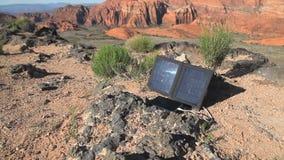 太阳电池板和电话移动式摄影车 股票视频