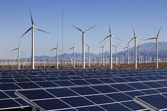 太阳电池板和风轮机力量 免版税库存图片