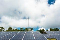 太阳电池板和风轮机能量 免版税库存照片