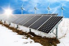太阳电池板和风turbins照片拼贴画在与雪的冬天 库存图片