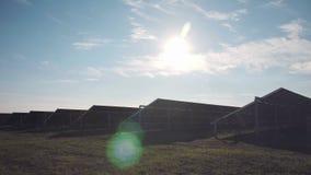 太阳电池板在与小束的云彩的蓝天下 股票录像