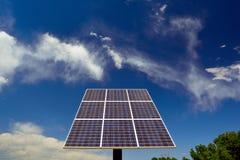 太阳电池板在与消极空间的一个晴天 库存图片