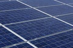 太阳电池板在沙漠环境里 库存图片