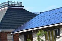 太阳电池板在都市邻里 免版税图库摄影