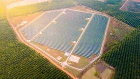 太阳电池板大角度看法在能量农场的 免版税库存图片