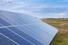 太阳电池板导致绿色,不伤环境的能量 免版税图库摄影