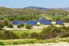 太阳电池板由星期日导致绿色,不伤环境的能源 库存图片