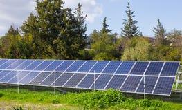 太阳电池板由星期日导致绿色,不伤环境的能源 免版税库存照片