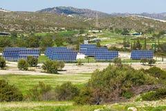 太阳电池板由星期日导致绿色,不伤环境的能源 图库摄影