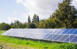 太阳电池板由星期日导致绿色,不伤环境的能源 免版税库存图片