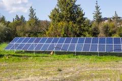 太阳电池板由星期日导致绿色,不伤环境的能源 库存照片