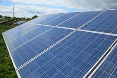 太阳电池板的设施在乡区 免版税库存照片