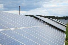太阳电池板的设施在乡区 库存照片