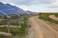 太阳电池板的设施在乡区 免版税图库摄影