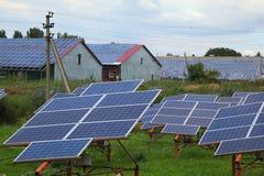 太阳电池板的设施在屋顶和在地面上 免版税库存照片