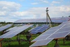 太阳电池板的设施在屋顶和在地面上 库存图片
