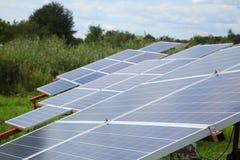 太阳电池板的设施在屋顶和在地面上 图库摄影