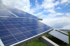 太阳电池板的设施在屋顶和在地面上 库存照片