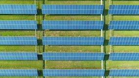 太阳电池板空中顶视图种田与阳光的太阳能电池 在太阳电池板的寄生虫飞行调遣,可更新的绿色 影视素材