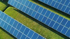 太阳电池板空中顶视图种田与阳光的太阳能电池 在太阳电池板的寄生虫飞行调遣,可更新的绿色 股票视频