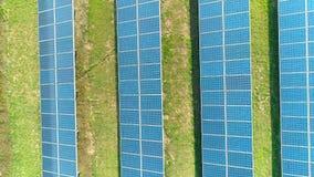 太阳电池板空中顶视图种田与阳光的太阳能电池 在太阳电池板的寄生虫飞行调遣,可更新的绿色 股票录像