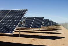太阳电池板能源收集器农场 免版税库存照片