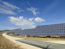 太阳电池板能量的领域 免版税库存图片