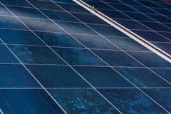 太阳电池板蓝色纹理关闭细节能量可更新的设备设施 免版税库存图片