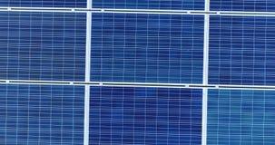 太阳电池板鸟瞰图在别墅屋顶的  股票视频