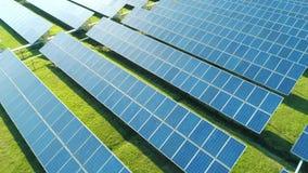 太阳电池板鸟瞰图种田与阳光的太阳能电池 在太阳电池板的寄生虫飞行调遣,可更新的绿色 影视素材