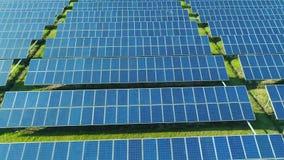太阳电池板鸟瞰图种田与阳光的太阳能电池 在太阳电池板的寄生虫飞行调遣,可更新的绿色 股票录像