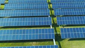 太阳电池板鸟瞰图种田与阳光的太阳能电池 在太阳电池板的寄生虫飞行调遣,可更新的绿色 股票视频