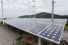 太阳电池板,在天空背景,自然能的风轮机 库存照片