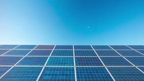 太阳电池板,移动式摄影车定期流逝 股票视频