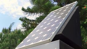 太阳电池板agaist蓝色多云天空和绿色树 户外新的可选择能源技术 股票视频